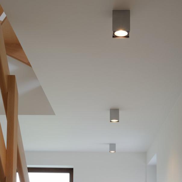 würfelförmige Deckenleuchte in silbergrau für den Innenbereich